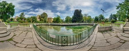 Vasca pescatoria all'ingresso dei Giardini della Guastalla