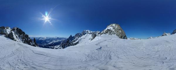 Il Monte Bianco e alcune cime del gruppo viste dal ghiacciaio di Punta Helbronner, sopra Courmayeur